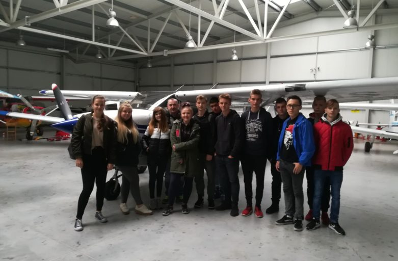 Pierwsza wizyta uczniów CSL Technikum Lotniczego w Nagoszewie na lotnisku w Grądach (EPGY)
